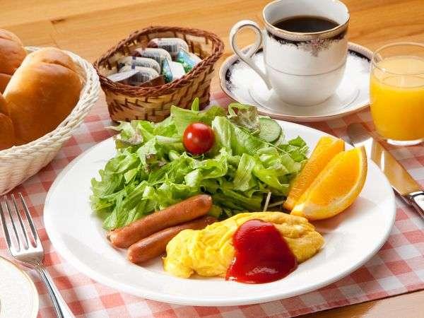 朝食の1例です。焼きたてパンはおかわり自由