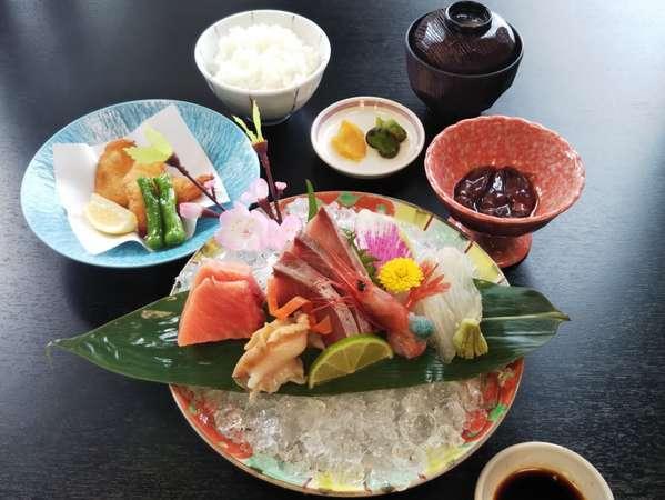 魚自慢の富山湾でとれた新鮮なお料理です。富山の地酒もご用意しています。