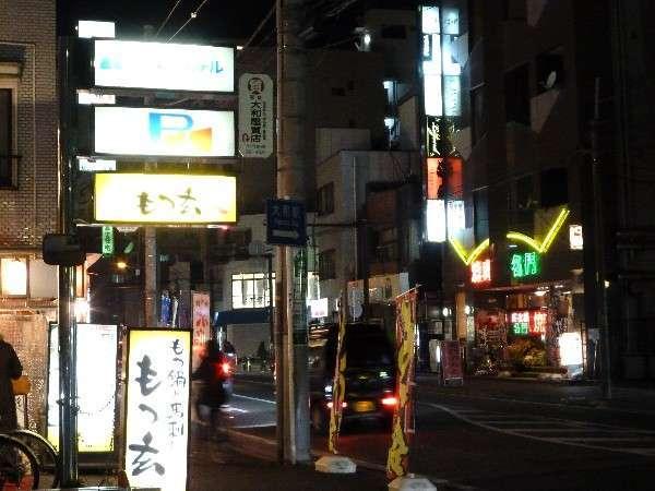 飲食店の並ぶホテル前の風景(夜)