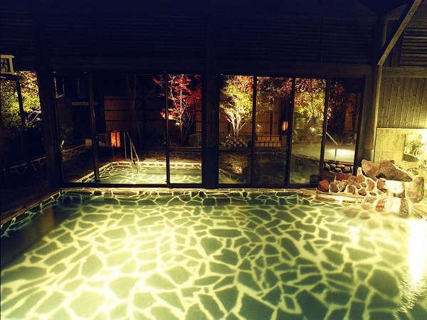 露天風呂『霧乃溶岩風呂』外には四季を楽しめるジャグジー風呂、内には源泉を利用した蒸し風呂が御座います