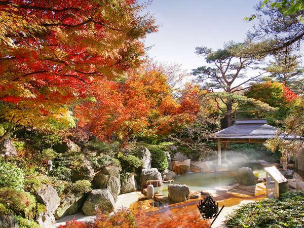 紅葉がきれいな秋の露天風呂(10月下旬~11月中旬が見頃です)