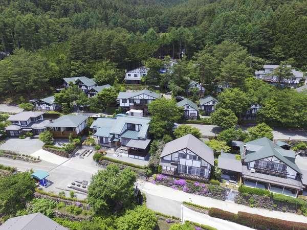 富士山と河口湖を見渡す広大な敷地にニーズに合わせた大小さまざまなコテージがございます。