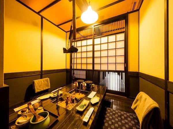 囲炉裏を囲んだ趣あるお食事処で祖谷の郷土料理を。