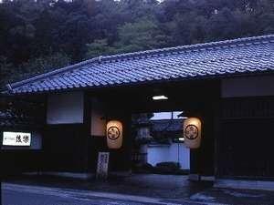 【長屋門】風情溢れる日本の宿を象徴する『後楽』の目印。旧徳田家より移築された。