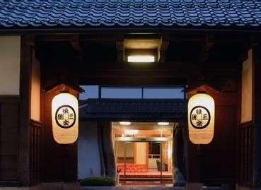 【長屋門】三朝の観光スポットにもなっている長屋門が『後楽』の目印。旧徳田家より移築された。