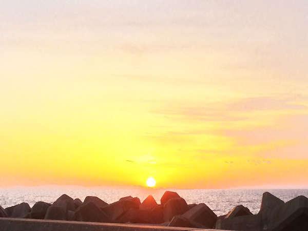 【周辺】越前海岸からの夕日。晴天でなくても色づく雲が綺麗み見られます。