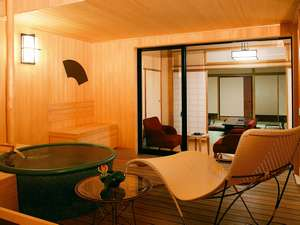 【離座・露天風呂付客室】陶器の浴槽に、檜をふんだんに使った露天部分。