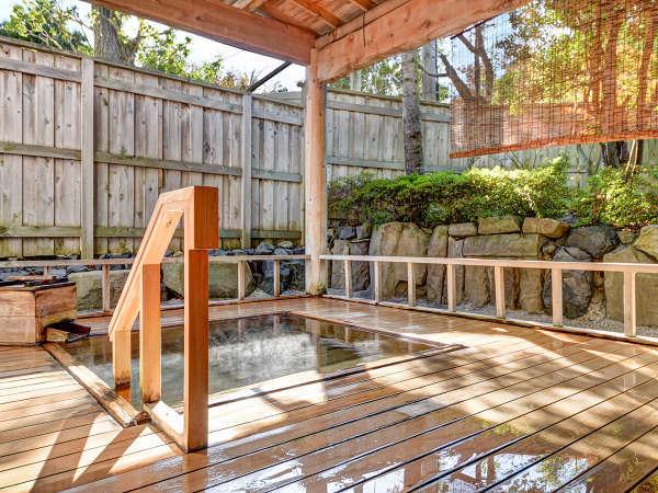 *【坪の湯~総ひば造り庭園露天風呂~】朝は光が差し込み庭園の緑を照らします