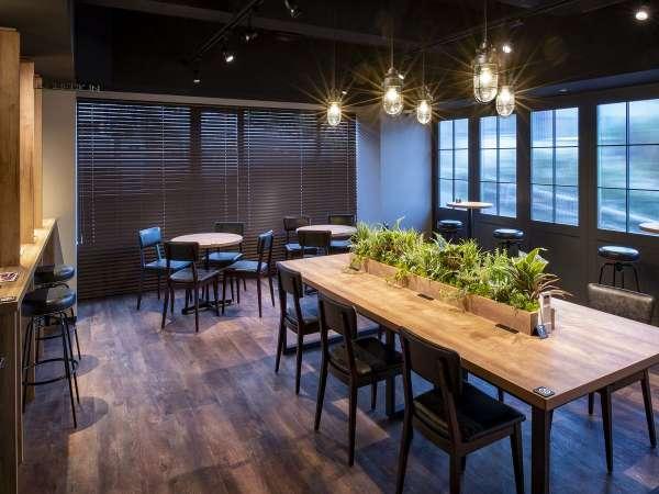 ◆エントランス兼シェアスペース◆大型のカウンター型テーブルをはじめ4つの個別テーブルをご用意。