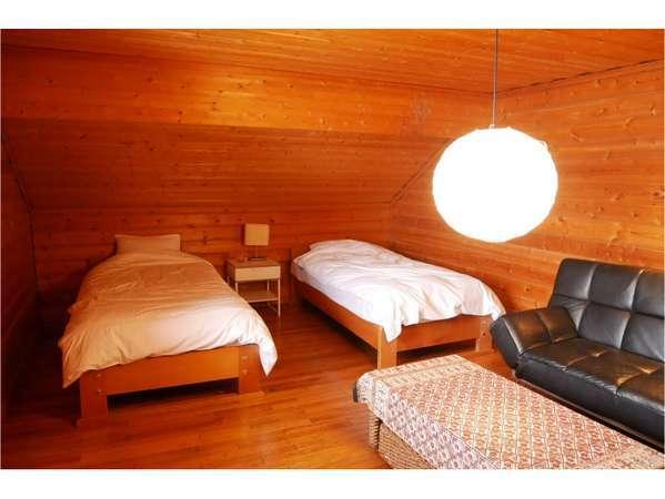 寝室は全部で3室。ダブルベットの部屋が1つと、シングルベッド4つの部屋が2つです。