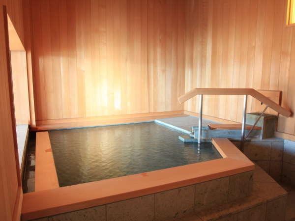 【展望風呂】青森ヒバと十和田石で仕上げた内風呂。大窓からは雄大な景色をご堪能いただけます。