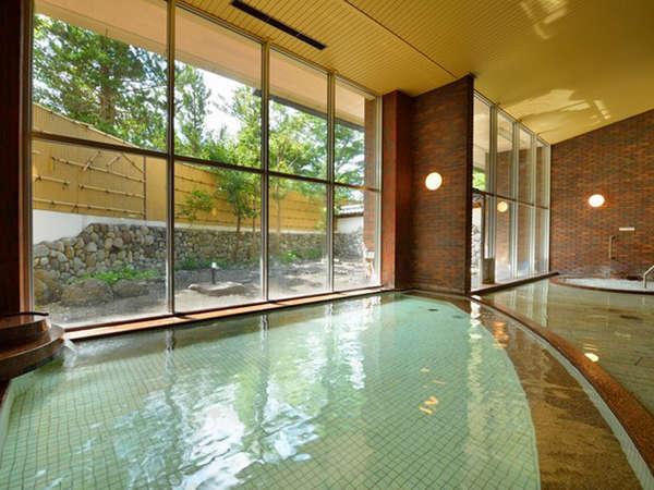 大浴場。「猿倉温泉」の源泉を愉しめる。日帰り入浴は大人500円・小学生300円。