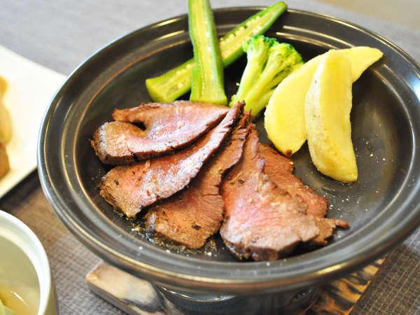 【夕食共通】黒コショウが効いた占冠産エゾ鹿肉のステーキ