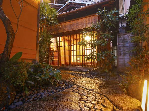 【旅館三賀】 坪庭を愛でる京町屋旅館