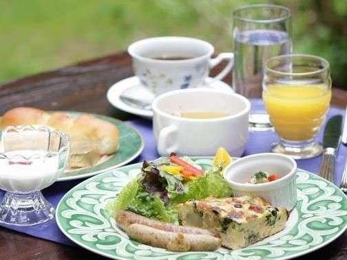 朝食一例地元で有名なパン屋さんの焼きたてパンが味わえますよ♪