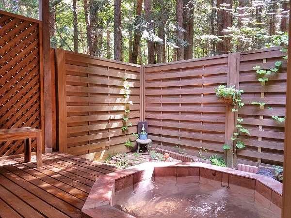 富士山麓の森を望む爽やかな客室専用露天風