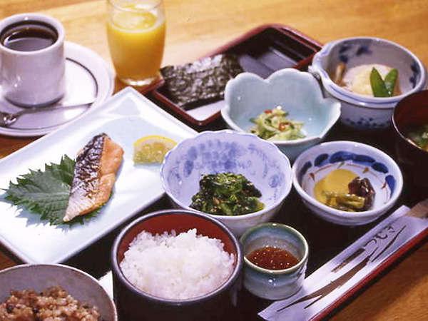 【朝食一例】和食のご飯は玄米・白米をお選びいただけます。