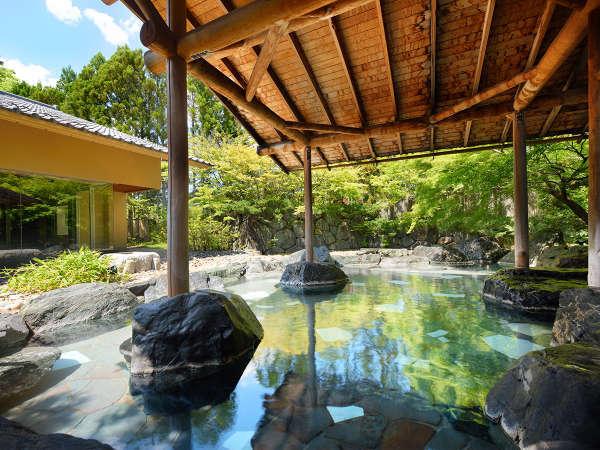 【露天風呂】和の風情を感じられる露天風呂となっております。