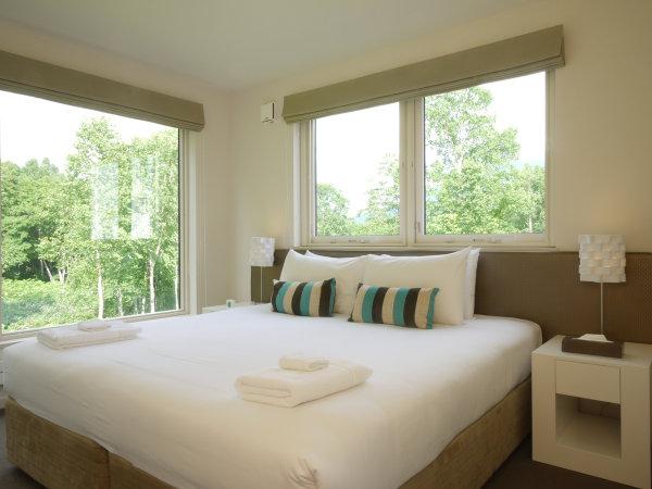 大きな窓が特徴的なベッドルームです。