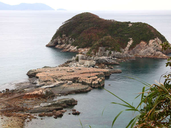 奈留千畳敷 奈留島を代表する景勝地。小島の緑と千畳敷の大岩が相まって絶景をつくっています