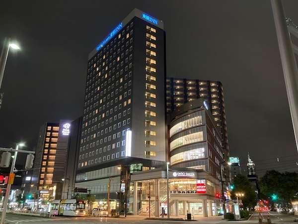 最上階からの夜景は最高の眺めです。近隣には富山の食材が楽しめる飲食店も多数ございます