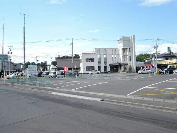 *【施設/駐車場】広々とした駐車場。ビジネス出張や観光拠点に最適。