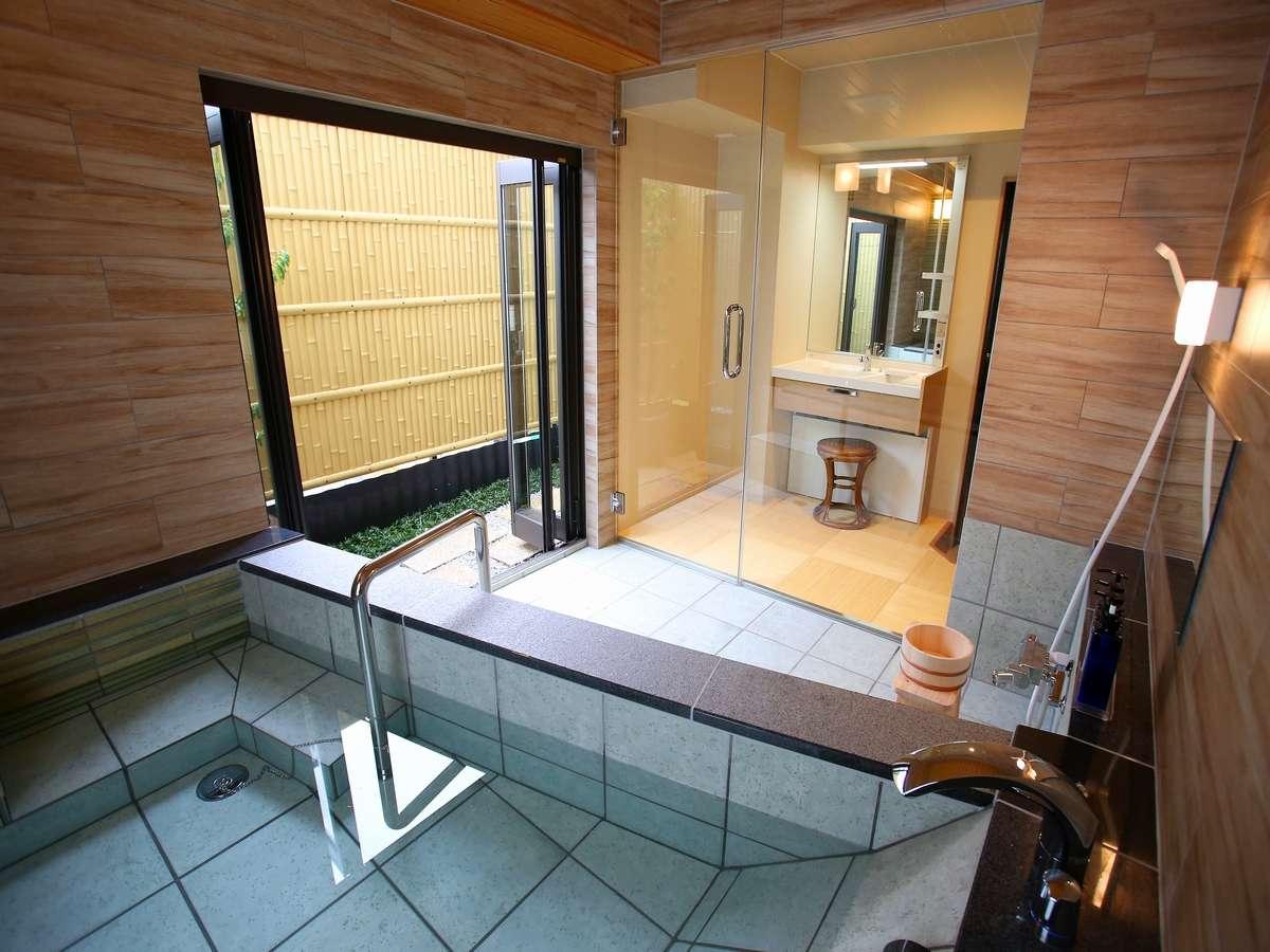 壁がヒノキ造りの貸切風呂