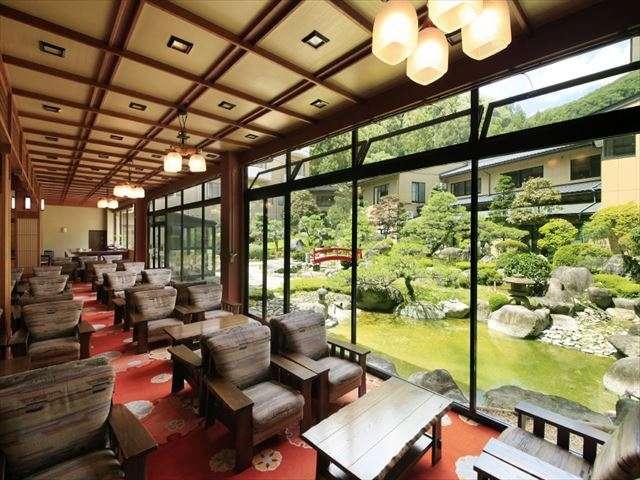 ゴージャスなロビーと広大な日本庭園