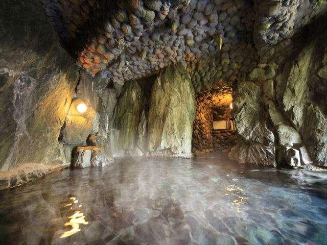 秘密の隠れ家のような洞窟風呂