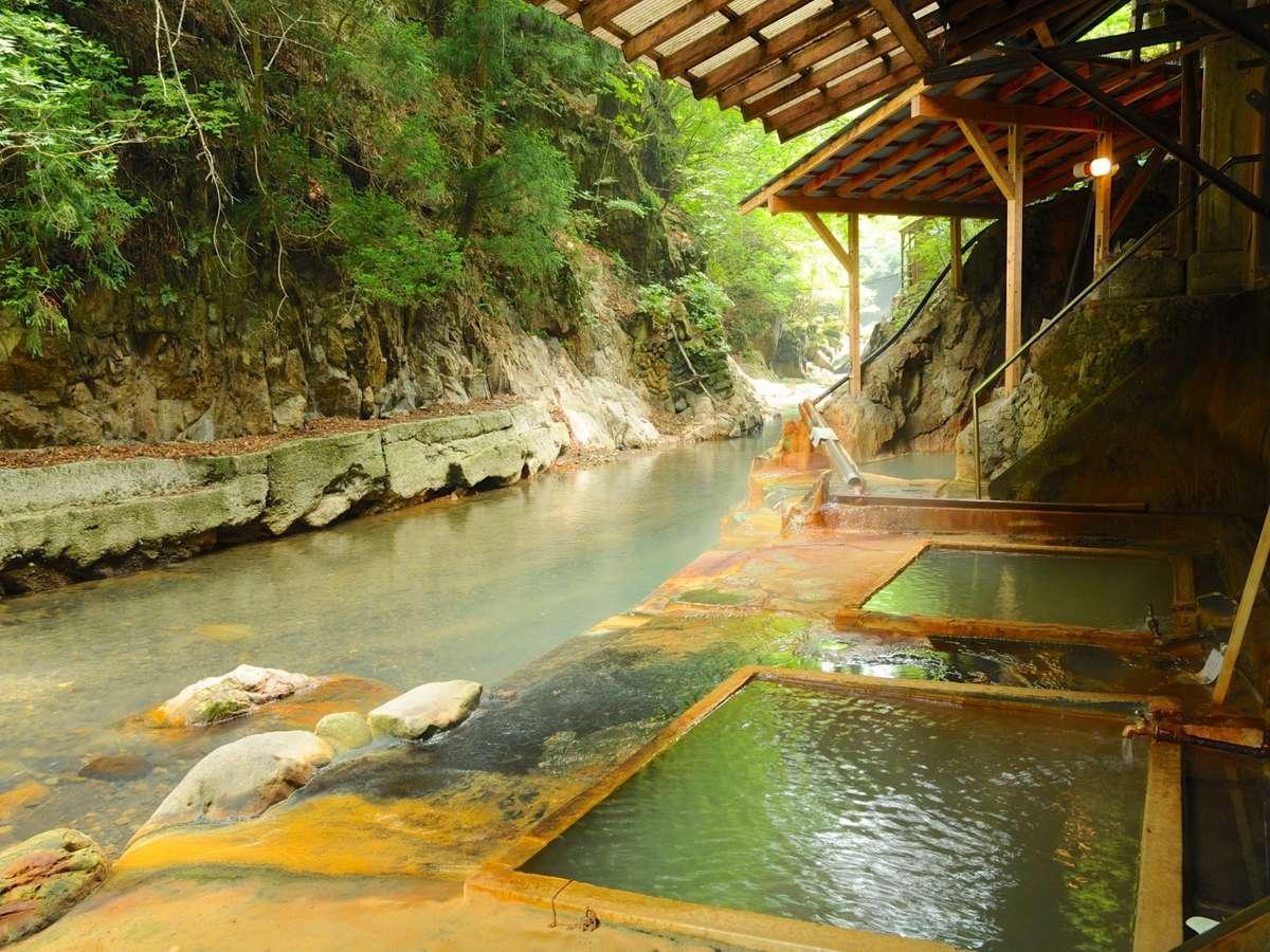 源泉掛け流しの川岸露天風呂