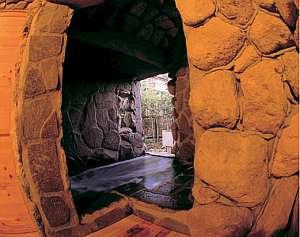 少々珍しい洞窟風呂。「モグラの湯」無料で貸切りできる