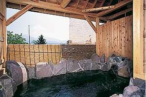 磐梯山の岩を使った露天は5~6人は入れる広さ