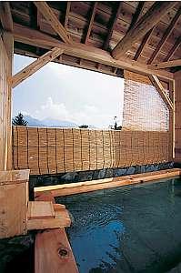 たっぷりの湯量と磐梯山を正面にした景色でのんびり