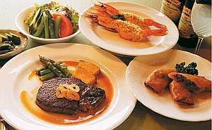 地元農家の朝採り野菜など食材にこだわり手作りの味が好評の夕食一例。