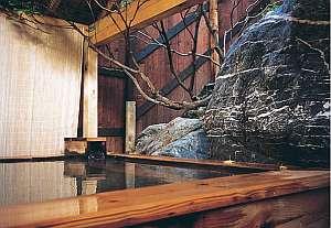 源泉100%の天然温泉。野趣満点の露天風呂