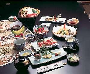 四季の素材を盛り込んだ和食膳は客室で堪能