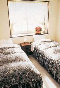 シンプルで清潔感のあるお部屋。グループ向けの部屋も有