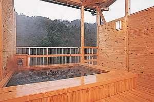 三徳川のせせらぎをBGMに貸切山上露天風呂「林檎の香」