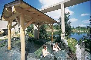 池と森が眺められる開放感のある露天風呂(男女日替り)