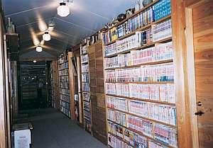 名物・廊下の図書コーナー 1万冊以上のマンガや文庫本を用意
