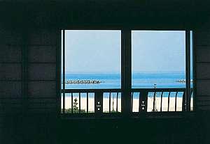 お部屋の窓から海が見えます。窓を開ければ爽やかな潮風が・・♪