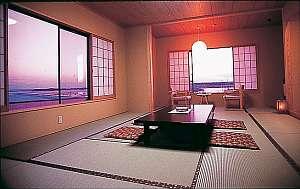海を眺められるお部屋はまさに幻想的!