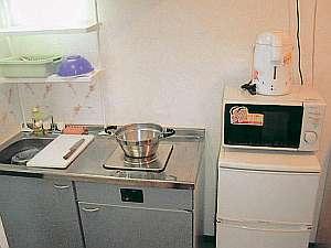 キッチンには冷凍冷蔵庫や電子レンジも揃い便利