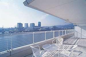神戸メリケンパークオリエンタルホテル:全室に海一望のバルコニー付(写真は西側客室)