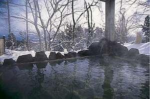 冬季は露天の縁に積もった雪を湯舟から 雪だるまetc