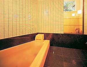 貸切ヒノキ風呂。約30分のご利用です。予約制ではありません。
