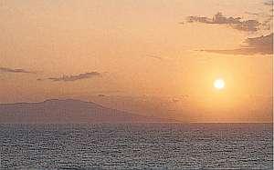 宿より撮影した朝日、伊豆大島をバックに水平線より昇る
