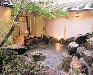 もみじを配し四季の風が心地よい女性用露天風呂。夜は有料で貸切利用もできます。