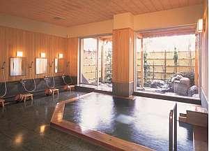 国産ヒバと桧を贅沢に使った月見大浴場は香り豊か
