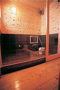 今春リニューアルした館内の貸切温泉風呂 音楽も聴ける